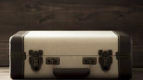 Alte Schulweinlesekoffer, beige und braune Farben, Sepiaretrostilreise und Reisefoto stockbilder