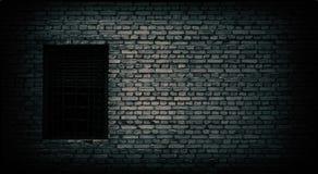 Alte schwarze Backsteinmauer und Fenster schlossen mit Metallstangen zu Lizenzfreie Stockfotos