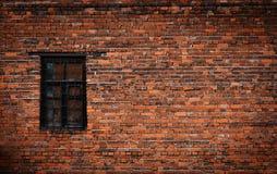 Alte schwarze Backsteinmauer und Fenster schlossen mit Metallstangen zu Stockfotografie
