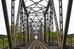 Alte schwarze Bahnbrücke im lampang, Thailand Lizenzfreie Stockfotos
