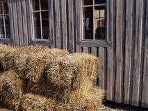 Alte schwarze hölzerne Scheune auf einem Bauernhof Stockfotos