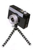 Alte schwarze Kamera auf einem Stativ Lizenzfreies Stockbild