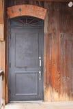 Alte schwarze Tür, Buntglas Lizenzfreie Stockbilder