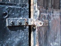Alte schwarze Tür mit rostigen Details Hintergrund, Weinlese Lizenzfreie Stockfotos