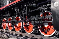 Alte schwarze, weiße und rote Lokomotive steht auf den Schienen herein lizenzfreie stockfotos