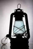 Alte schwarze Weinleselaterne mit moderner Lampe Stockfotos