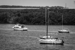 Alte Schwarzweiss-Segelboote Stockfotos