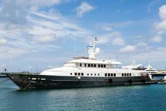 Alte Schwarzweiss-Yacht festgemacht im Hafen Lizenzfreie Stockfotografie
