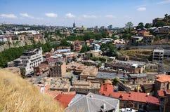 Alte Schwefel B?der in Abanotubani-Bezirk mit h?lzernen geschnitzten Balkonen in der alten Stadt von Tiflis, Georgia stockbilder