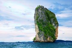 Alte scogliere sull'isola tropicale Immagine Stock Libera da Diritti