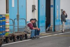 Alte Seeleute im Hafen Lizenzfreie Stockbilder