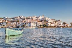 Alte Seestadt von Ferragudo Mit dem Boot im Vordergrund Lizenzfreies Stockfoto