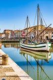 alte Segelboote auf italienischem Kanal-Hafen Lizenzfreie Stockfotos