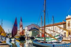 alte Segelboote auf italienischem Kanal-Hafen Stockbilder