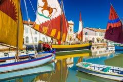 alte Segelboote auf italienischem Kanal-Hafen Stockfoto