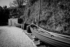 Alte Segeln-Loggerkanone und -fässer im historischen Hafen von Charlestown Stockbilder