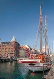Alte Segelschiffe und Häuser in Nyhavn in Kopenhagen Lizenzfreies Stockfoto