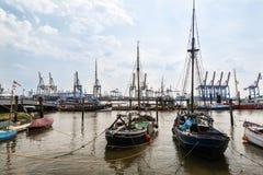 Alte Segelschiffe vor modernen Containerbahnhöfen Stockbild