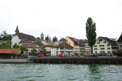 Alte Shops und Häuser entlang dem Reuss-Fluss in der Luzerne, die Schweiz Stockfotos
