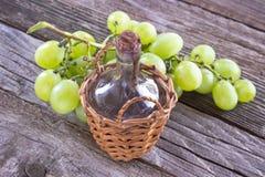 Alte Siegelflasche des Weins und der weißen Traube Lizenzfreie Stockfotografie