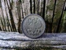 Alte Silbermünze mit einem hölzernen Brett Lizenzfreie Stockbilder