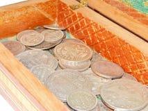 Alte Silbermünzen in einem Kasten Stockbild