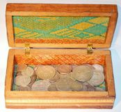 Alte Silbermünzen in einem Kasten Lizenzfreies Stockfoto