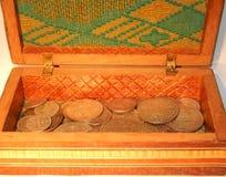 Alte Silbermünzen in einem Kasten Lizenzfreie Stockfotos