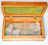 Alte Silbermünzen in einem Kasten Lizenzfreie Stockbilder