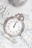 Alte silberne Uhr nah an Mitternacht und Weihnachtsdekorationen Stockfotos