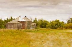 Alte Silos auf einem Bauernhof in Saskatchewan, Kanada Stockfoto
