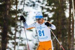 Alte Skifahrermänner, die durch Holz laufen Lizenzfreie Stockfotos
