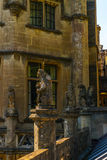 Alte Skulptur auf dem Sockel, schön konserviertes altes artisti Lizenzfreie Stockfotografie