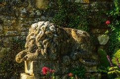 Alte Skulptur auf dem Sockel, schön konserviertes altes artisti Stockfoto
