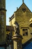 Alte Skulptur auf dem Sockel, schön konserviertes altes artisti Stockbilder
