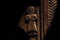 Alte Skulptur, die auf der Wand schnitzt lizenzfreie stockfotografie