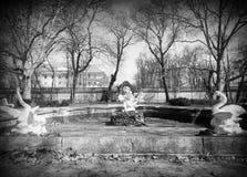Alte Skulptur im Park Stockfotos