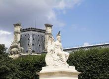 Alte Skulptur in Tuileries-Garten Stockbild