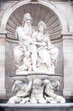 Alte Skulptur und Brunnen Stockfoto