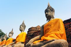 Alte Skulpturen von Buddha im alten Tempel von Wat Yai Chaimongkol in Ayutthaya, Thailand stockbilder