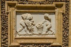 Alte Skulpturmalereien auf einem Fragment der Wand im Landhaus Doria-Pamphili in Rom, Italien Stockfoto