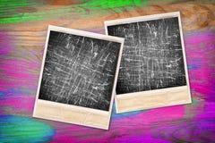 Alte sofortige Fotorahmen mit Filmkratzern Abbildung der roten Lilie Stockbild