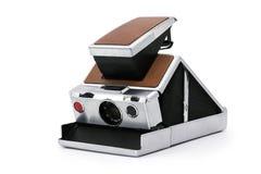Alte sofortige Kamera auf weißem Hintergrund Stockfotos