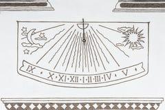 Alte Solaruhr auf der Wand eines ländlichen Hauses in Canazei, Italien Lizenzfreies Stockbild