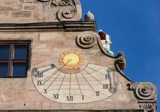 Alte Sonnenuhr auf Fembohaus StadtMuseum Lizenzfreie Stockbilder
