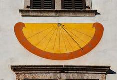 Alte Sonnenuhr mit den Ziffern, welche die Stunden während sonnigen DA markieren Lizenzfreies Stockbild