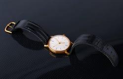 Alte sowjetische Armbanduhr auf schwarzem glattem Hintergrund Lizenzfreie Stockfotos