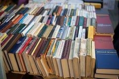 Alte sowjetische Bücher auf zweite Handbücherständen Lizenzfreies Stockfoto