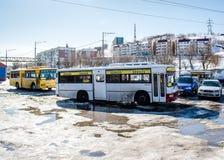 Alte sowjetische Busse auf Busbahnhof Stockbild