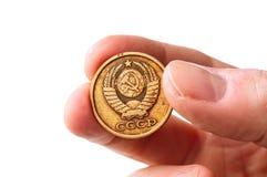 Alte sowjetische Copecksmünze in der Hand Lizenzfreies Stockfoto